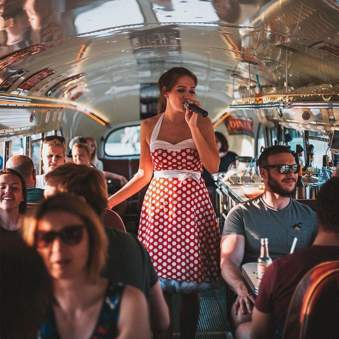 DinnerHopping Bus Innen - Live Act Lena Klupp